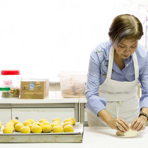 woman making pandesal